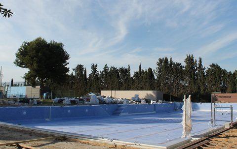 El azul del gresite ya brilla en la piscina